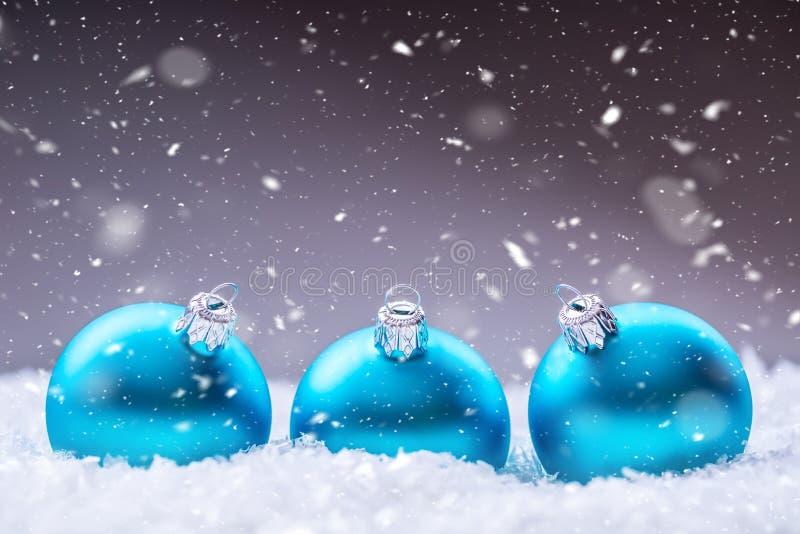Kerstmis De tijd van Kerstmis Blauwe Kerstmisballen in de sneeuw en de sneeuw abstracte scènes royalty-vrije stock afbeelding