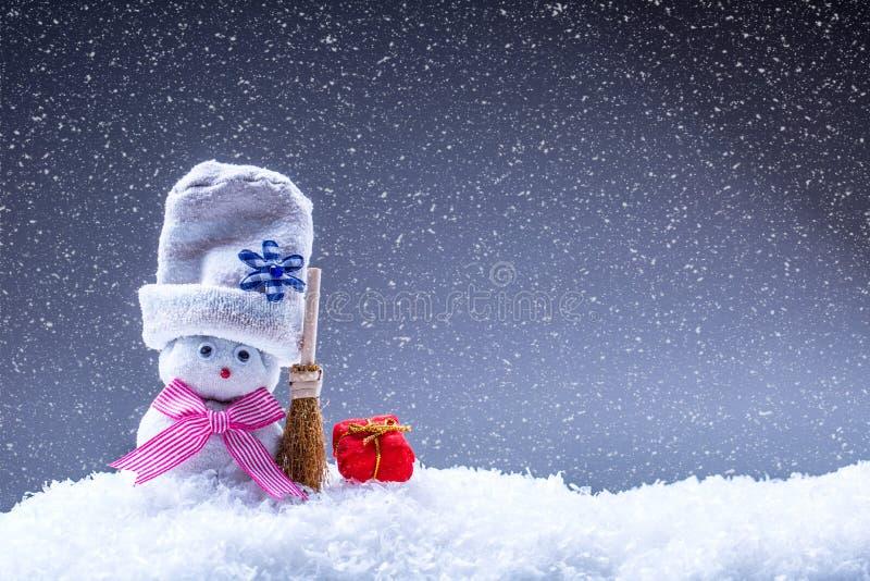 Kerstmis De tijd van Kerstmis De decoratie van Kerstmis naar huis gemaakte sneeuwmannen in de sneeuwatmosfeer royalty-vrije stock fotografie