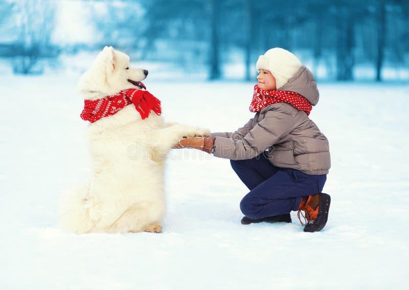 Kerstmis, de winter en mensenconcept - jongen en hond stock foto's