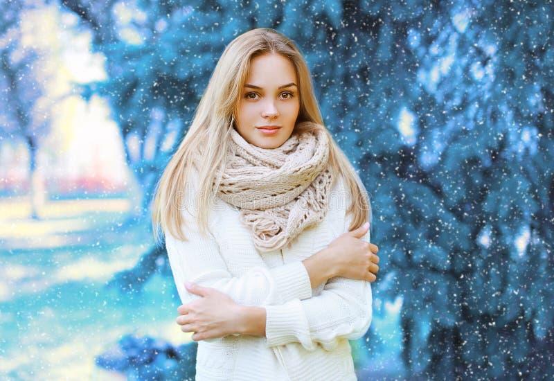 Kerstmis, de winter en mensenconcept - mooie vrouw in openlucht stock afbeelding