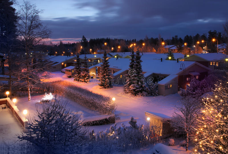 Kerstmis die de winteravond voelen van de huisstraat royalty-vrije stock afbeelding