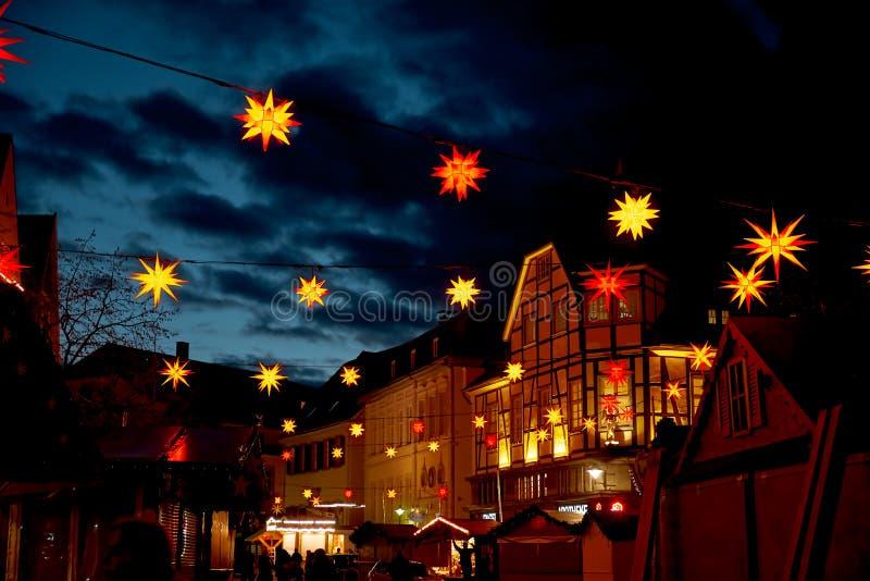 Kerstmis in Duitsland Stad Hall Square met Kerstmismarkt stock foto's