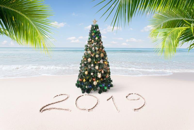 Kerstmis en het nieuwe tropische strand van het jaarthema stock foto