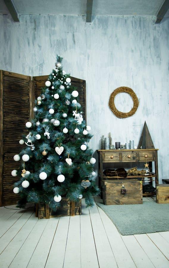 Kerstmis en het Nieuwjaar verfraaiden binnenlandse ruimte met voorstellen en Nieuwe jaarboom stock foto's