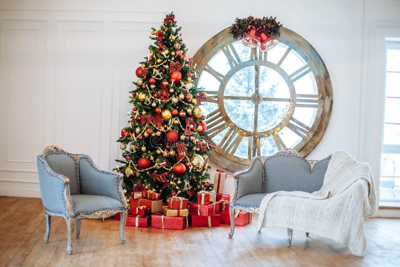 Kerstmis en het Nieuwjaar verfraaiden witte binnenlandse ruimte met voorstellen en Nieuwe jaarboom met rode decorbal Grijze bank  royalty-vrije stock foto's