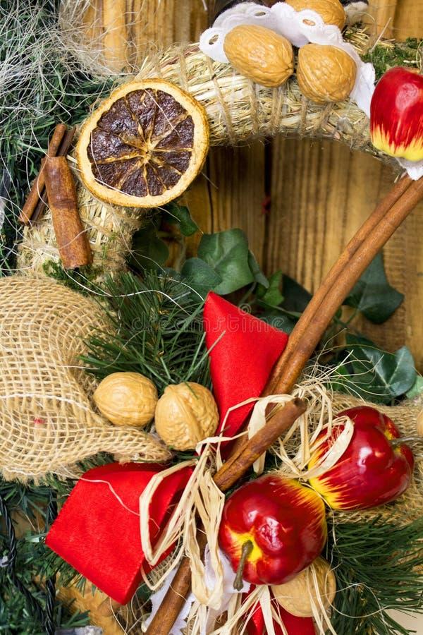 Kerstmis en Nieuwjaar de kroon van het decoratiestro De achtergrond van de de wintervakantie voor groetkaart stock fotografie