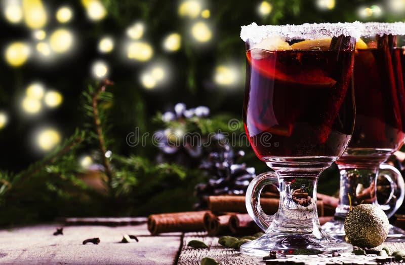 Kerstmis en Nieuwjaar feestelijke drank, hete overwogen wijn met cinna stock afbeelding