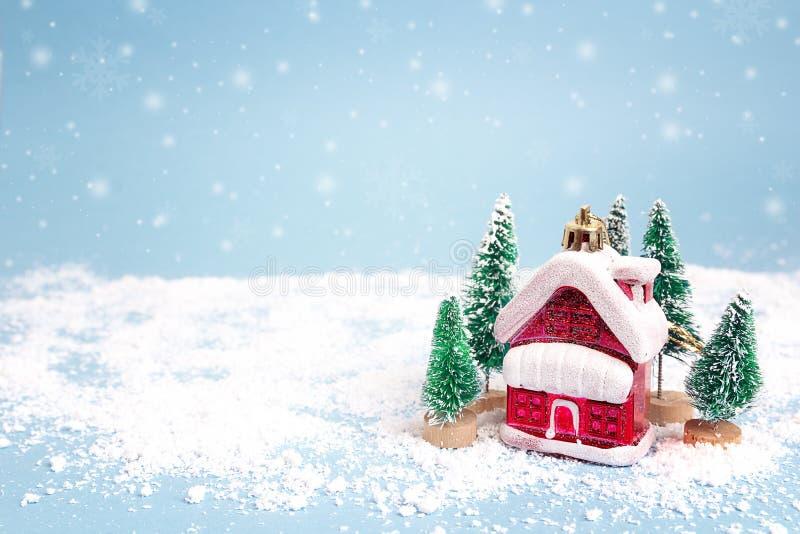 Kerstmis en Nieuwjaar miniatuurhuis met sparren en snowf royalty-vrije stock foto's