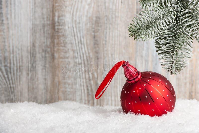 Kerstmis en Nieuwjaarachtergrond met rode snuisterij royalty-vrije stock foto's