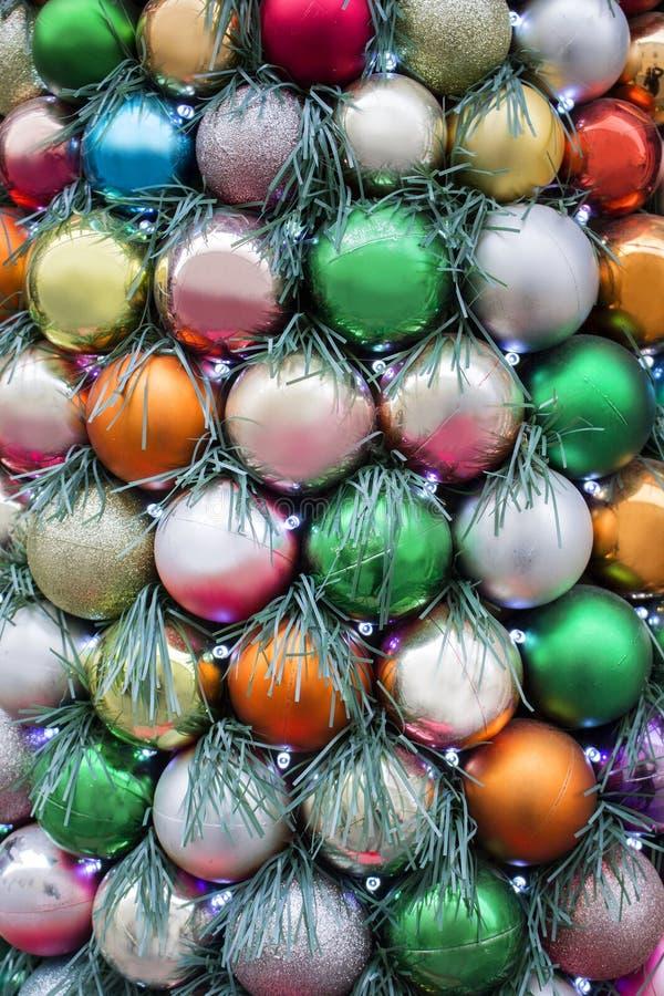 Kerstmis en Nieuwjaardecoratie kleurrijke ballen met slingers stock afbeelding