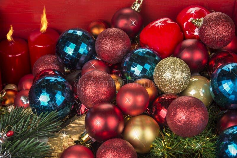 Kerstmis en Nieuwjaardecoratieballen en candels op rode achtergrond royalty-vrije stock foto's