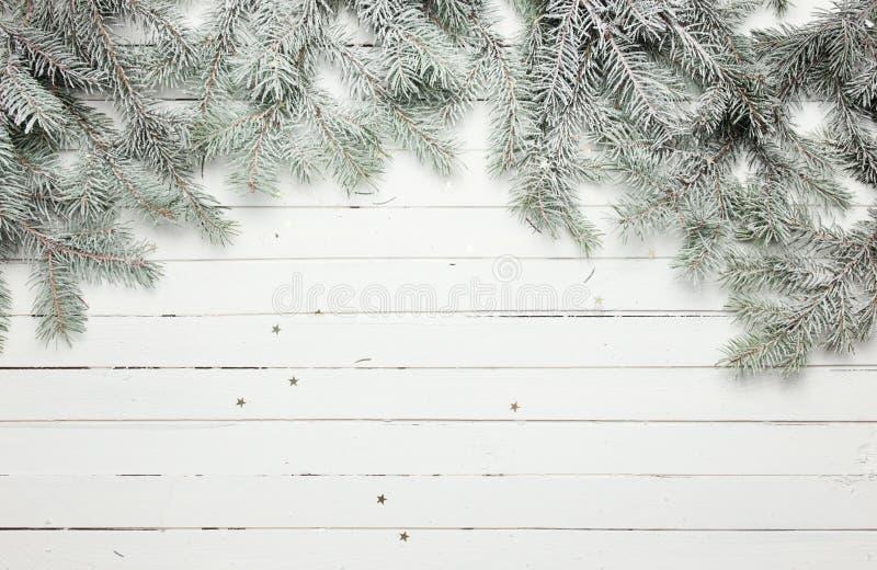 Kerstmis en Nieuwjaardecoratiesamenstelling Hoogste mening van bont-boom takken op houten achtergrond met plaats voor uw royalty-vrije stock foto