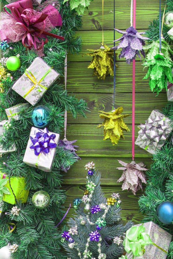 Kerstmis en Nieuwjaardecoratieslingers, ballen, huidige dozen stock afbeelding