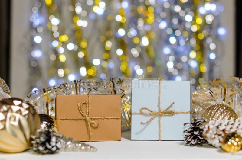 Kerstmis en Nieuwjaargiften en decoratie op een vage achtergrond met royalty-vrije stock fotografie