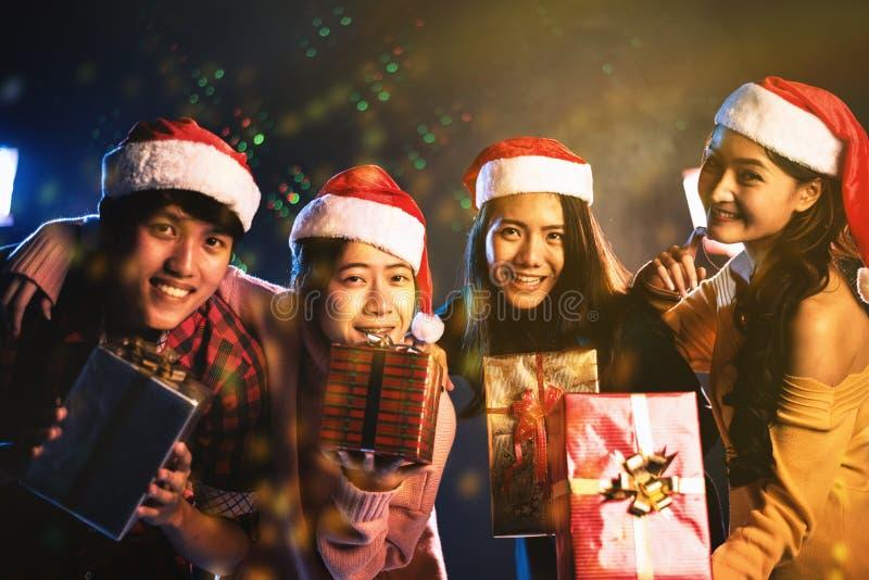 Kerstmis en Nieuwjaarpartijviering door Aziatische tiener Vakantie en gelukconcept De vriendschap en ontspant thema Geel goud stock afbeelding