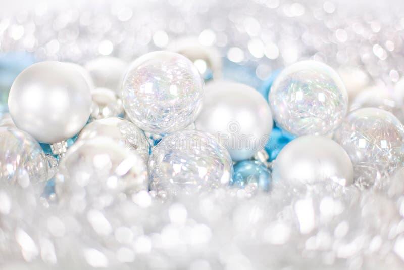 Kerstmis en Nieuwjaarpatroon, ornament van Kerstmisballen en klatergoud, de winter fairytale decor in blauwe en witte kleur stock foto