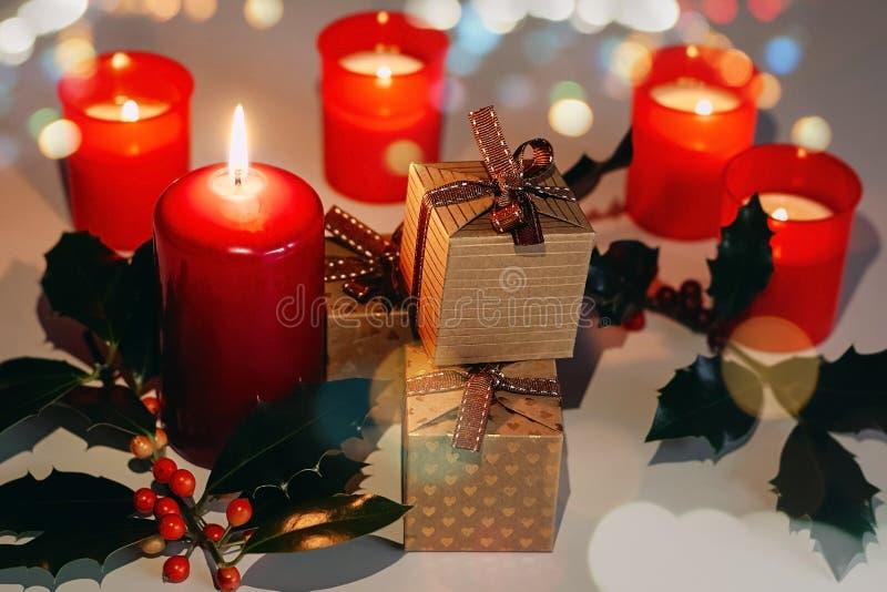 Kerstmis en Nieuwjaarsamenstelling Lit-kaarsen, huidige dozen en tak van hulst royalty-vrije stock fotografie