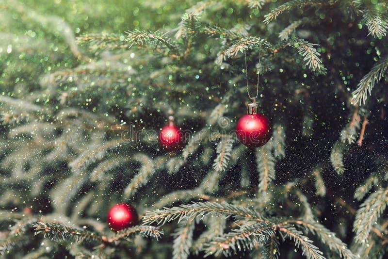 Kerstmis en nieuwjaarsdecoratie Bauble in kerstboom vakantiedecoraties en -verlichting, kopieerruimte, omlaag stock foto's