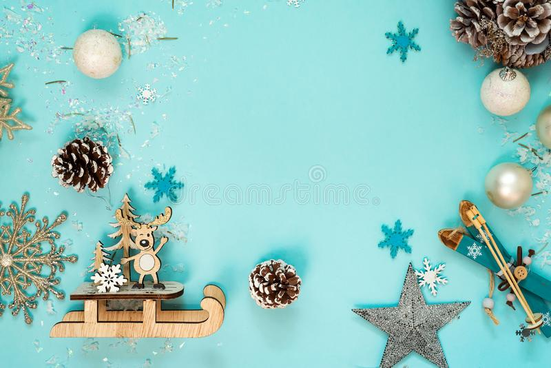 Kerstmis en Nieuwjaarvakantieachtergrond met ballen en speelgoed, wintertijd De kaart van de Kerstmisgroet, exemplaarruimte stock foto