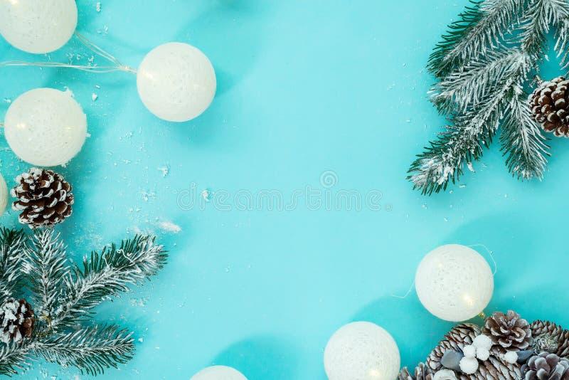 Kerstmis en Nieuwjaarvakantieachtergrond met ballen en speelgoed, wintertijd De kaart van de Kerstmisgroet, exemplaarruimte stock afbeelding