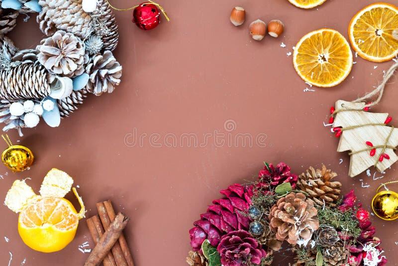 Kerstmis en Nieuwjaarvakantieachtergrond met Kerstmiskronen, ballen en speelgoed, wintertijd Editable vectorillustratie van origi royalty-vrije stock afbeeldingen