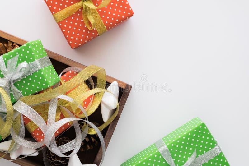 Kerstmis en Nieuwjaarvakantiesamenstelling met giftdozen, linten op de witte achtergrond De hoogste vlakke mening, legt royalty-vrije stock afbeelding