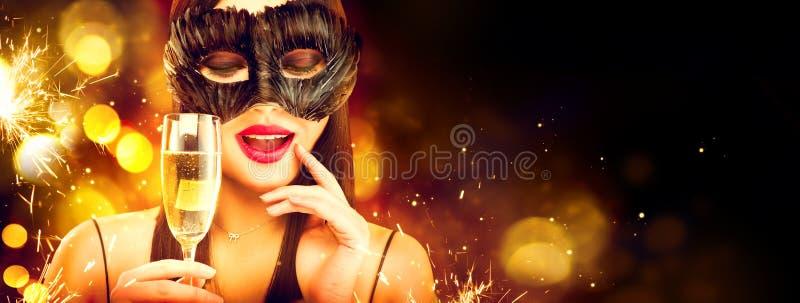 Kerstmis en Nieuwjaarvakantieviering Schoonheidsvrouw het vieren met champagne, die Carnaval-masker dragen Het drinken Champagne royalty-vrije stock afbeelding