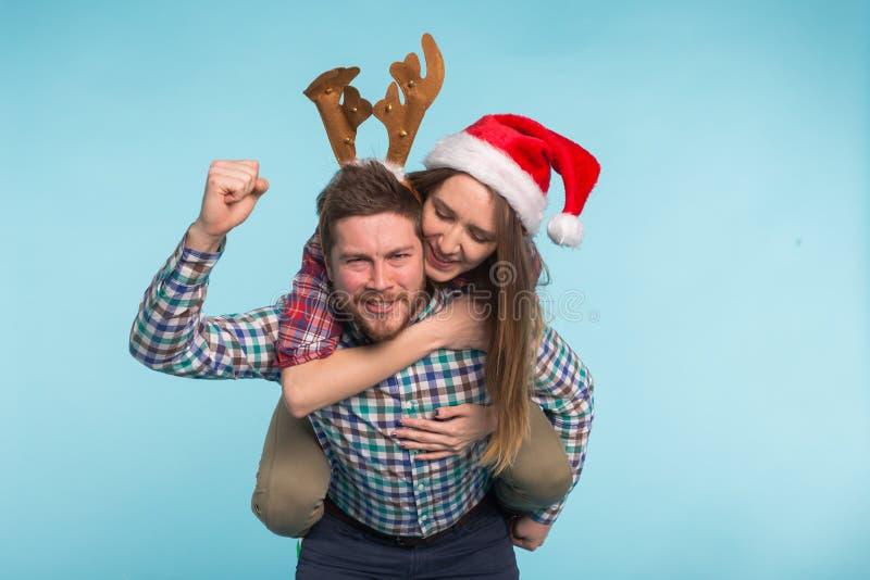 Kerstmis en vakantieconcept - sluit omhoog portret van mooi paar die pret in Kerstmiskostuums hebben royalty-vrije stock foto's