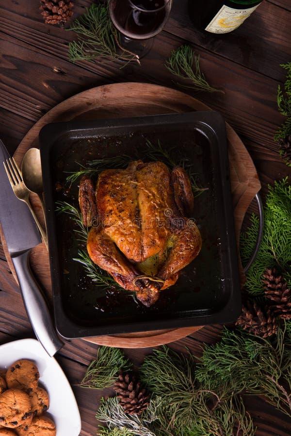 Kerstmis en van het nieuwe jaar vooravonddiner: geroosterd geheel kip/Turkije royalty-vrije stock afbeeldingen