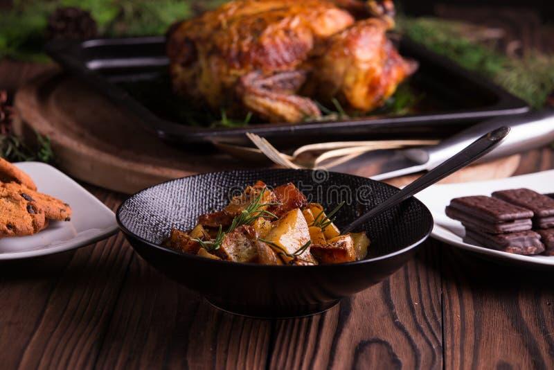 Kerstmis en van het nieuwe jaar vooravonddiner: geroosterd geheel kip/Turkije, bataatsalade en dessert stock afbeeldingen