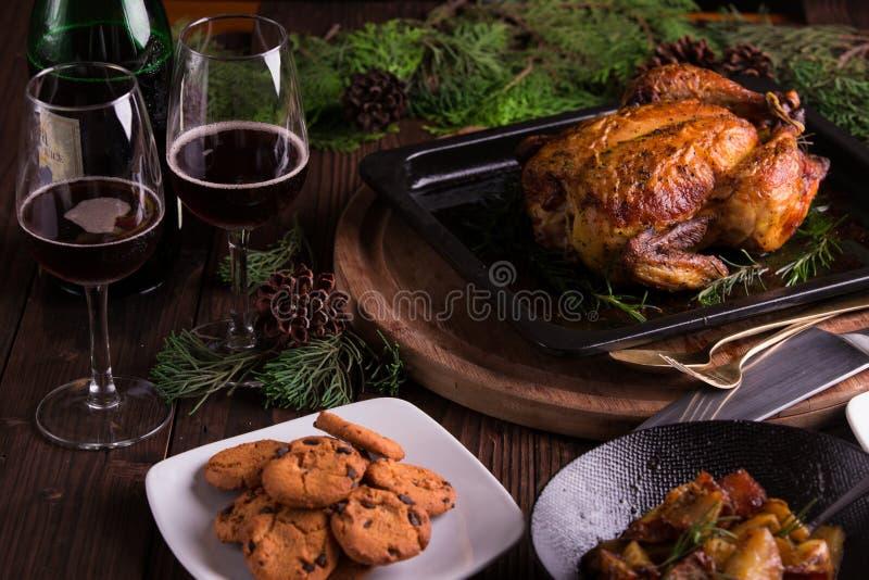 Kerstmis en van het nieuwe jaar vooravonddiner: geroosterd geheel kip/Turkije, bataatsalade en dessert stock afbeelding