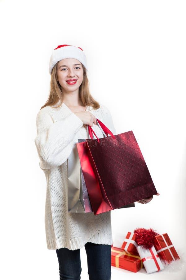 Kerstmis geïsoleerd portret van jonge vrouwenholding het winkelen bedelaars stock foto