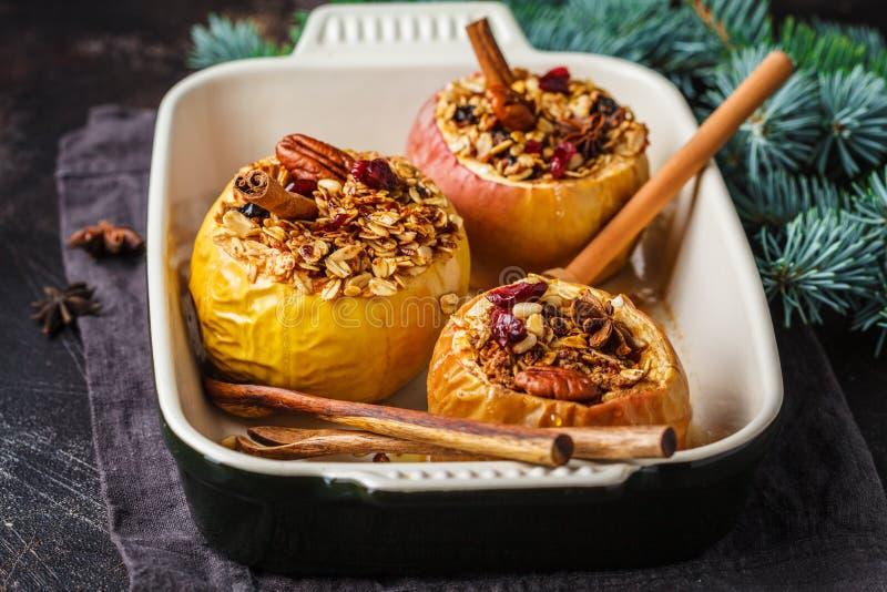 Kerstmis gebakken appelen met granola, Amerikaanse veenbessen stock afbeelding