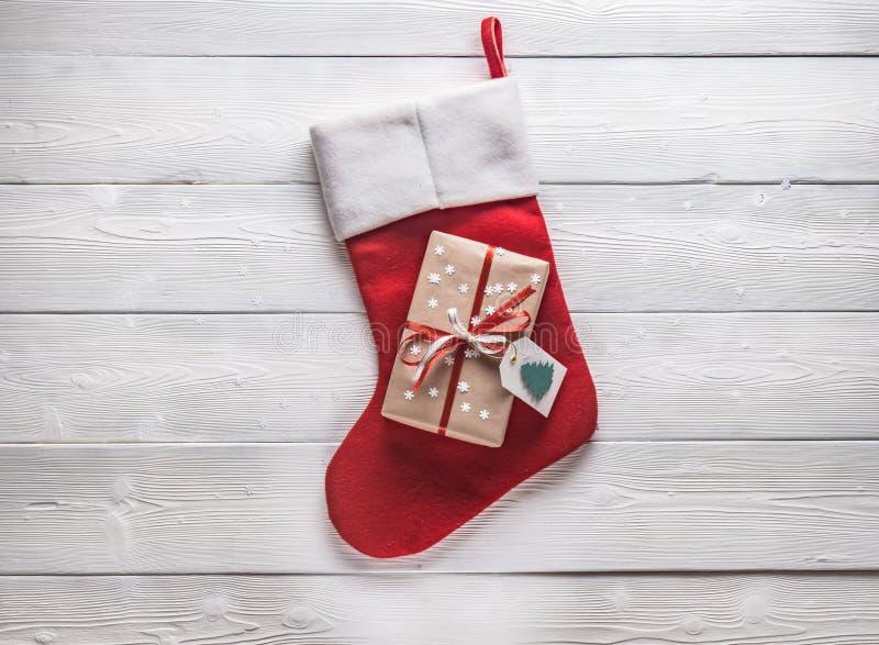 Kerstmis gift en rode sok op een witte achtergrond royalty-vrije stock foto