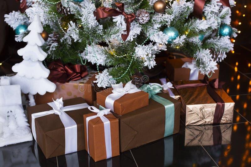 Kerstmis of het Nieuwjaar stellen of giften onder geklede Kerstboom voor stock foto's