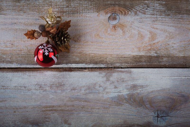 Kerstmis het rode snuisterij hangen van een lijn door een pin over houten bedelaars royalty-vrije stock afbeelding