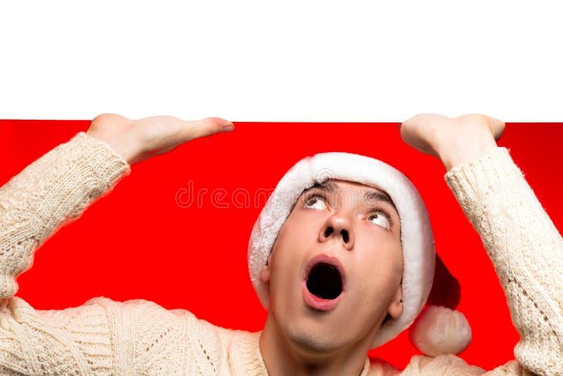Kerstmis het verkopen, nieuwe jaarkortingen en affiche Mens in santa c royalty-vrije stock foto's