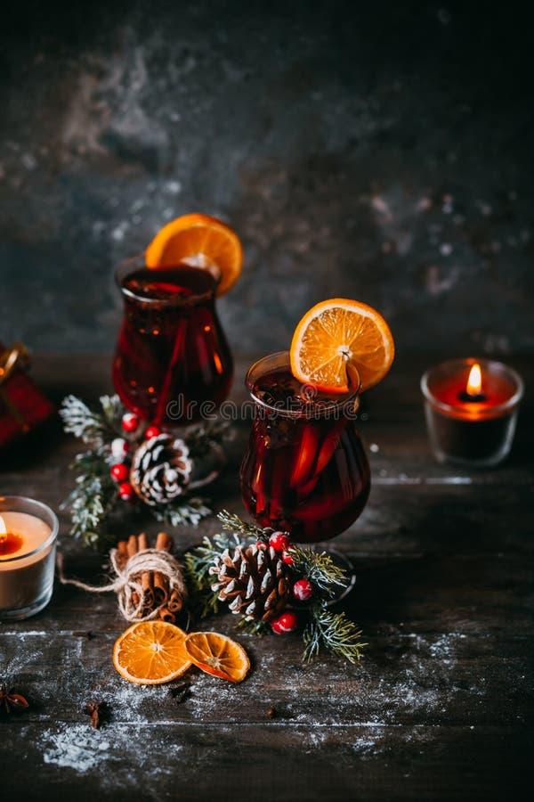 Kerstmis hete overwogen wijn stock afbeeldingen