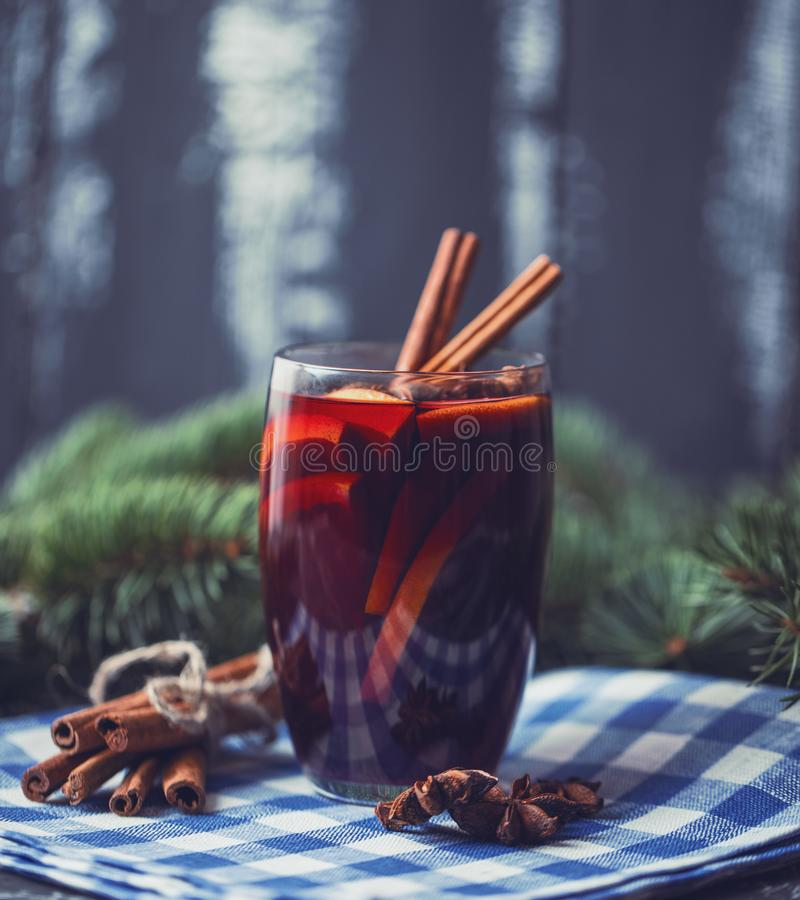 Kerstmis hete overwogen wijn in een glas met kruiden en citrusvruchten Overwogen wijn met kaneel, anijsplant en sinaasappel royalty-vrije stock afbeeldingen