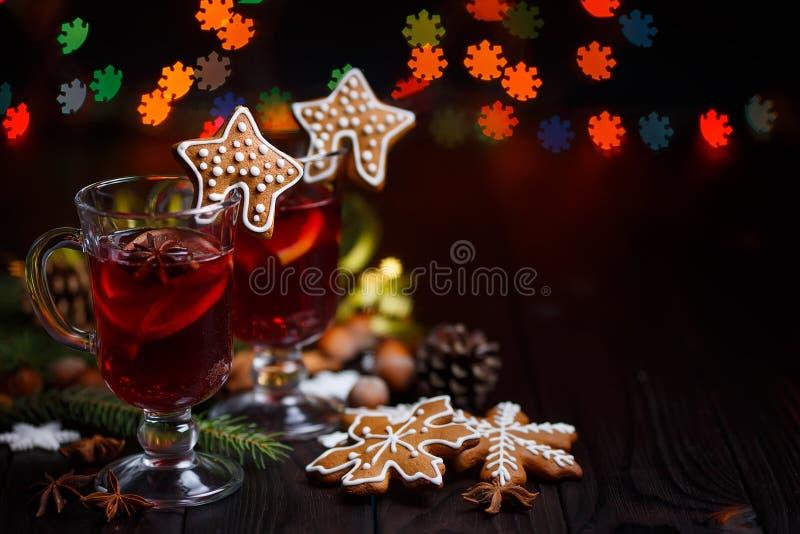Kerstmis hete overwogen wijn met kruiden en peperkoekkoekjes  stock afbeelding