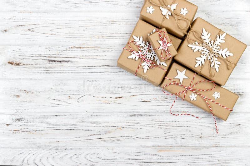 Kerstmis houten achtergrond met giftdozen en decor Hoogste mening met exemplaarruimte voor uw tekst stock foto