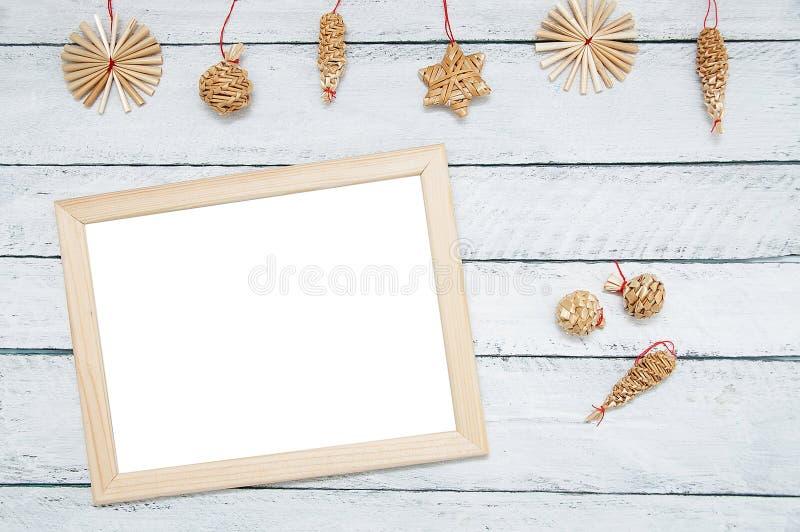 Kerstmis houten decoratie en fotokader op een witte houten achtergrond royalty-vrije stock afbeeldingen