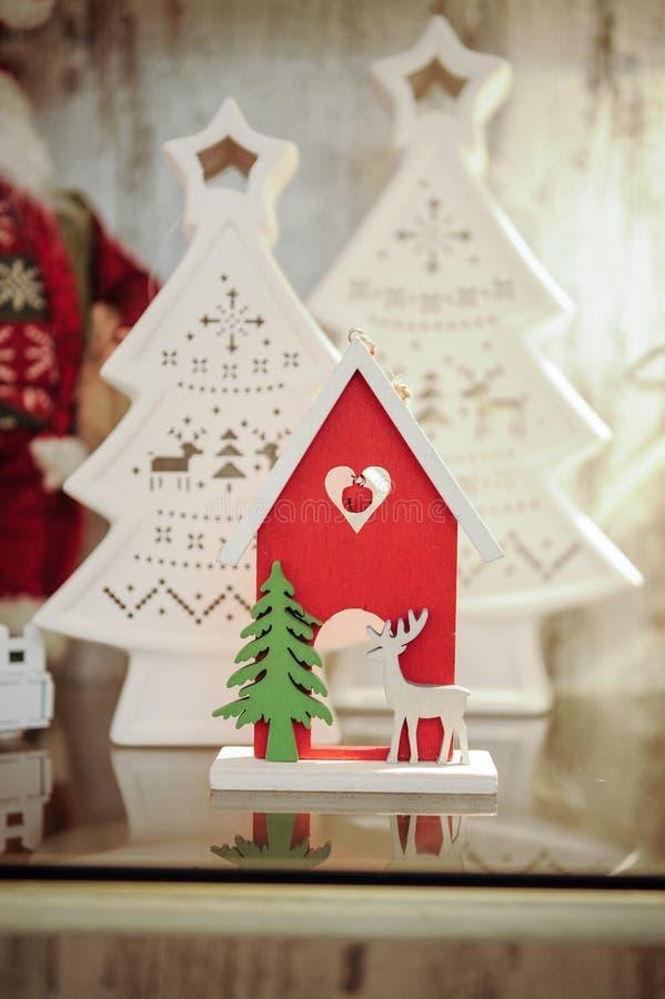 Kerstmis houten decoratie - huis met herten royalty-vrije stock afbeelding