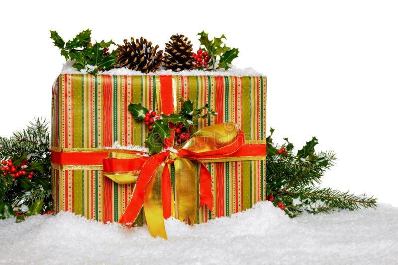 Kerstmis huidig met hulst op wit royalty-vrije stock foto's