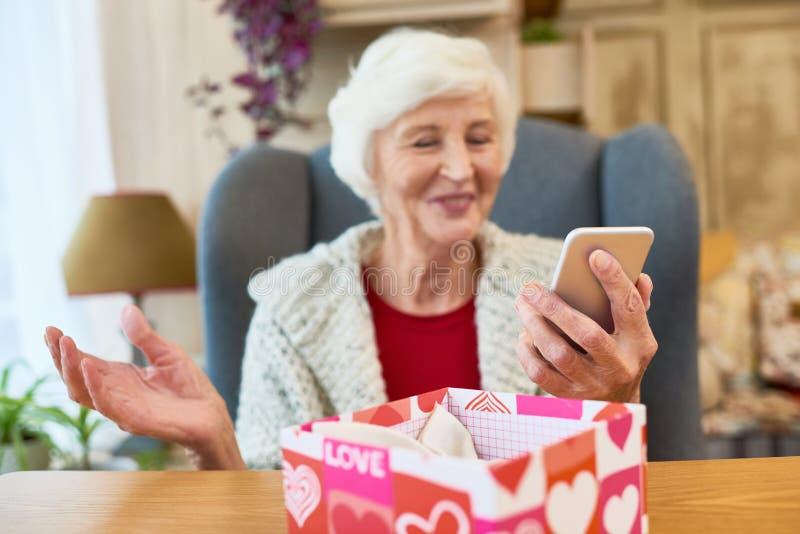 Kerstmis Huidig voor Vrouw technologie-Savvy stock afbeelding