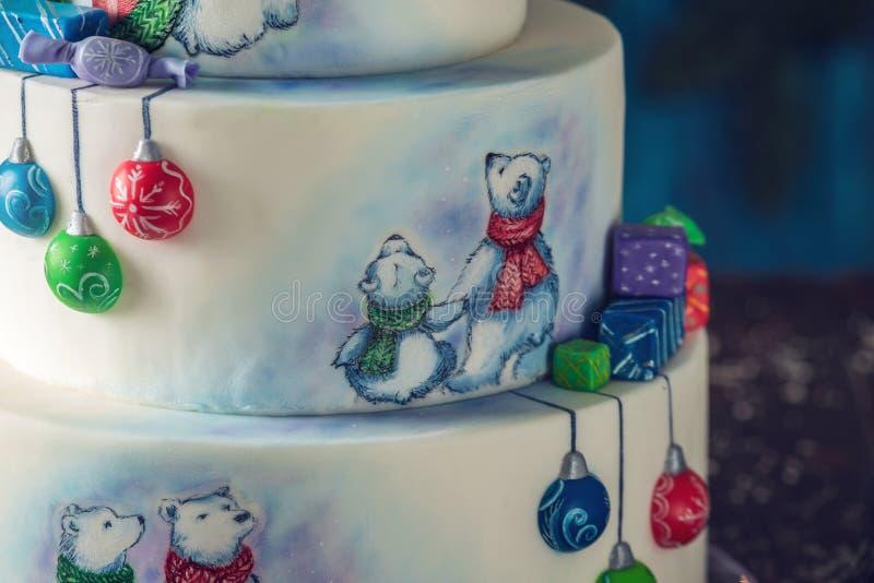 Kerstmis kleurrijke drie-Tiered die cake met tekeningen van Teddyberen, giftdozen en een groene boombovenkant wordt verfraaid royalty-vrije stock afbeelding