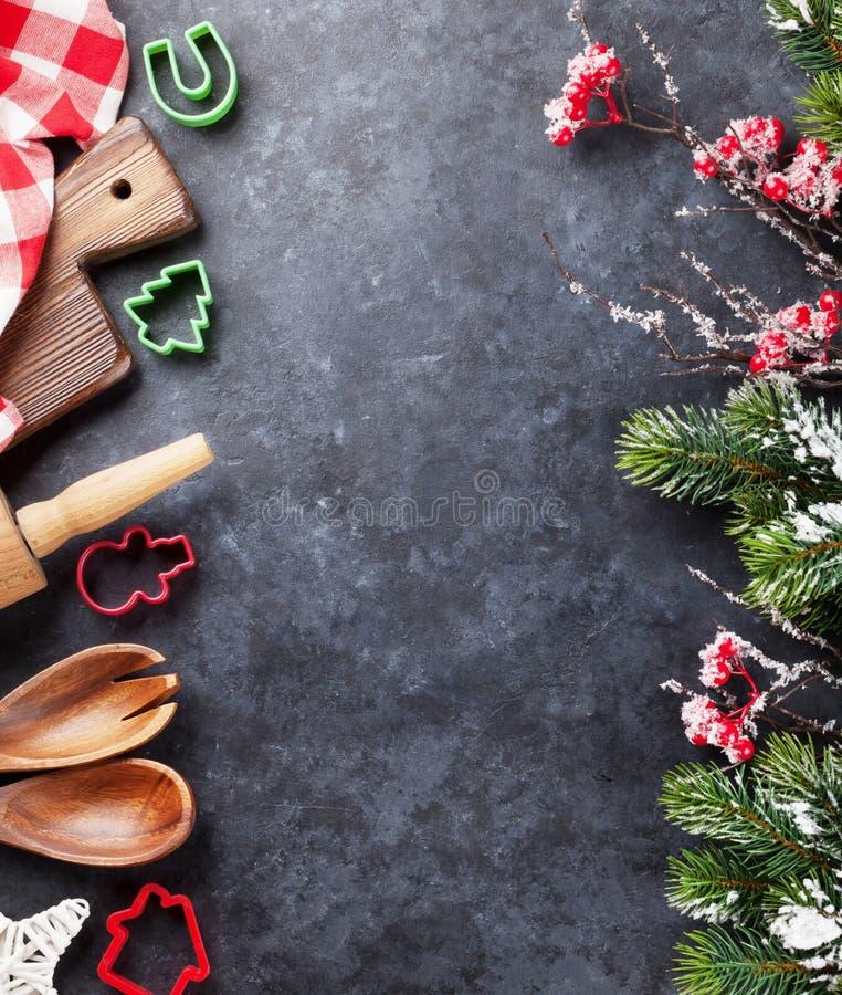 Kerstmis kokende werktuigen en sneeuwboom stock foto's