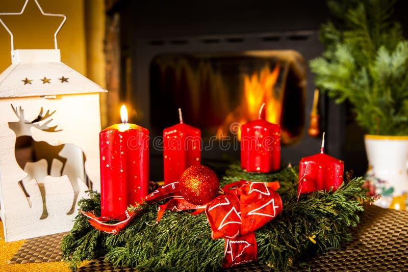 Kerstmis komt Magische rode brandende kaars royalty-vrije stock foto