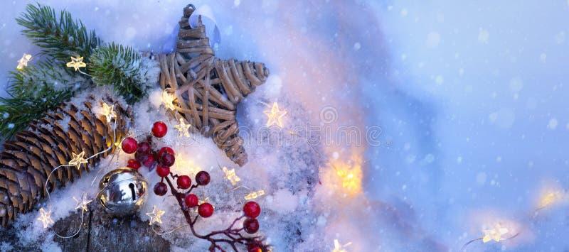 Kerstmis lichte achtergrond Kerstmisboom met sneeuw met de lichten van de slingerster, vakantie feestelijke backdround wordt verf stock fotografie