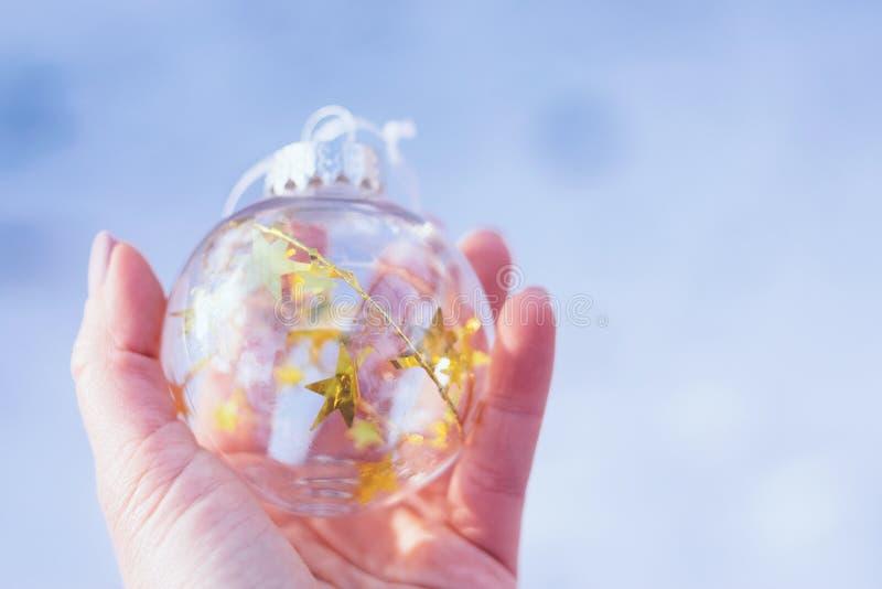 Kerstmis magische Bal, die op Kerstmis, Magische Atmosfeer wachten De transparante bal van glaskerstmis met gouden sterren in wij royalty-vrije stock foto's